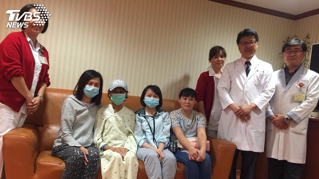 婦人因患病急需換肝腎,4個女兒得知後爭相決定捐贈救母。(圖/高雄長庚提供) 4女兒爭相捐肝腎救命 無子母:她們都是我的寶