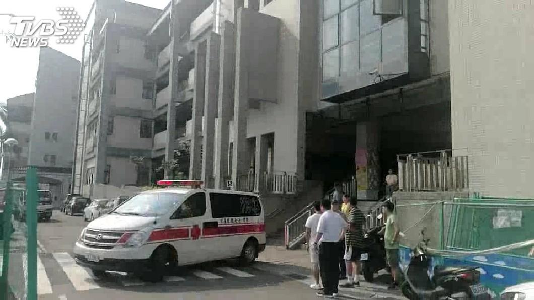 圖/TVBS 快訊/疑為掃垃圾 國三男學生4樓摔下送醫