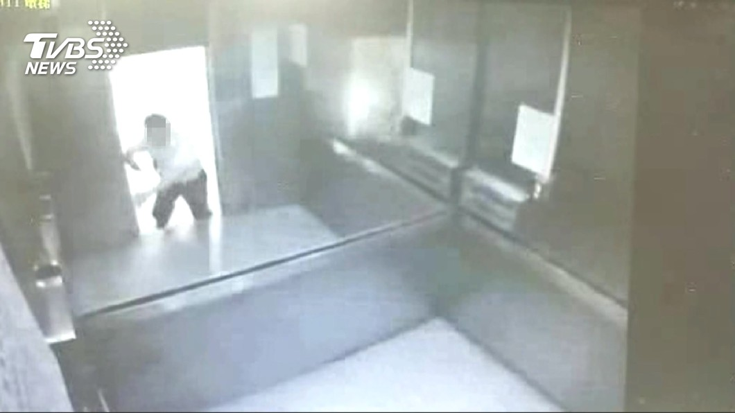 宜大1名約聘男醫師被夾在學校體育館的電梯1、2樓樓層間,不幸死亡。(圖/TVBS資料畫面) 宜大電梯夾死校醫 維修員獲判無罪確定