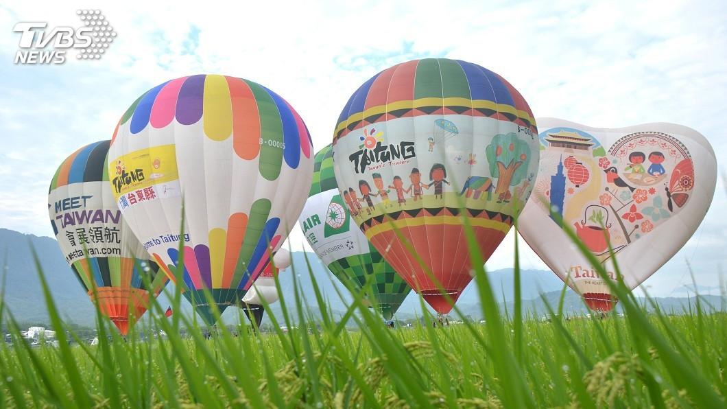 圖/中央社 飛越綠色稻浪 台東熱氣球嘉年華即將啟航