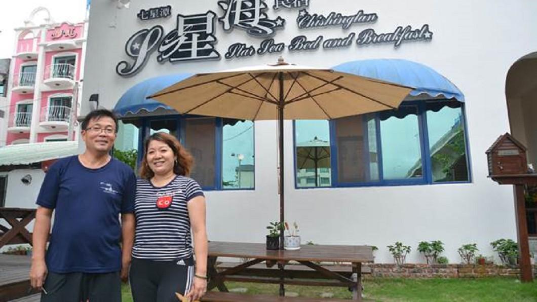 民宿業者林坤棋(圖左)和林淑娟,在花蓮經營七星潭星海民宿7年。圖/翻攝畫面 花蓮住宿費好低「深感內疚」 遊客留千元小費致謝