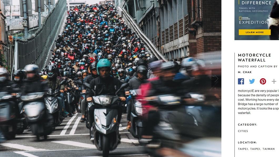 圖/翻攝自國家地理網站 紅了!「台北橋機車瀑布」 登國家地理攝影精選作品
