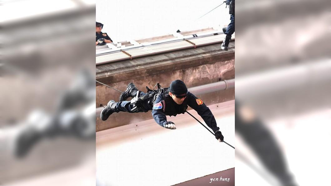 圖/新北市政府警察局霹靂小組 Ntpd Swat臉書 快訊/新北警察節!霹靂警遭怪風襲 頭撞橋墩