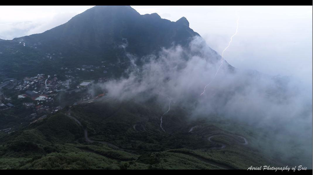 山嵐中閃電打下的一瞬間。圖/Eric Lin授權使用