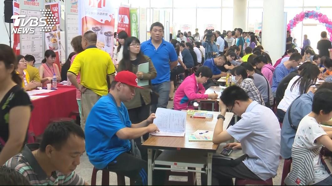 台灣的實質薪資倒退16年,低薪問題已經成為全台危機。(示意圖/TVBS) 低薪問題怪政府?網友指關鍵「意識形態」