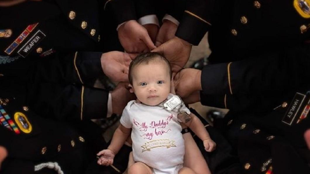 圖/翻攝自britt.m.harris instagram 來不及的父愛…美大兵殉職 戰友們幫抱女兒