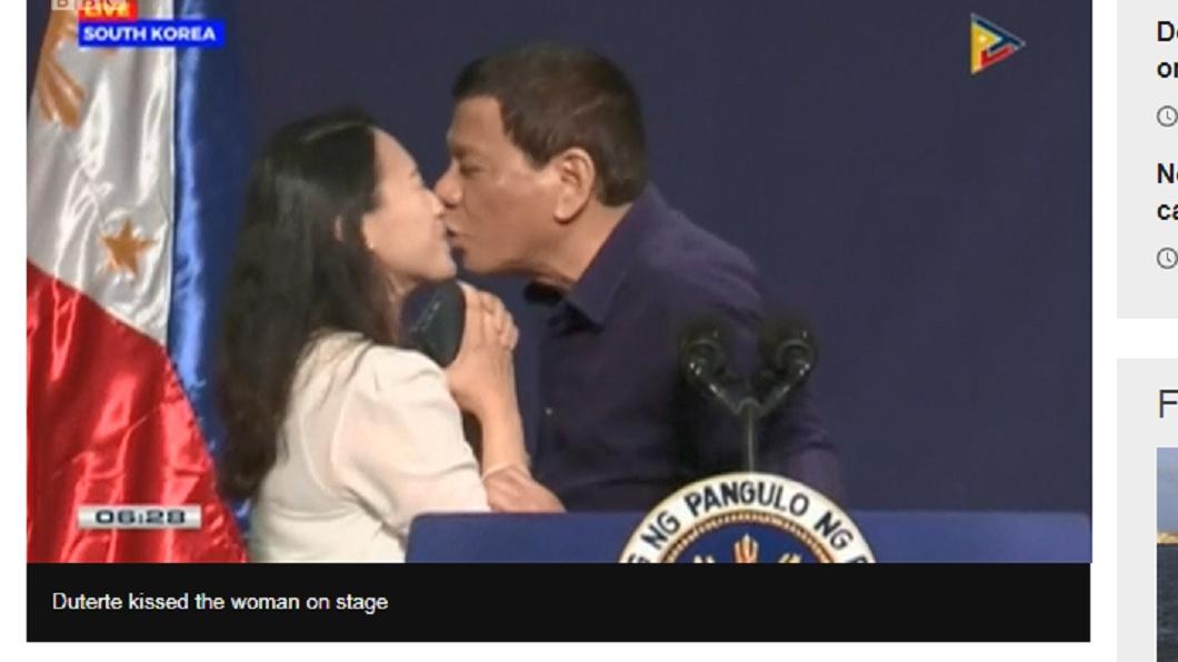 杜特蒂在台上和年輕女性接吻。圖/翻攝自PTV NEWS菲律賓新聞 影/杜特蒂訪韓「手比嘴唇」索吻 網友:噁心至極!