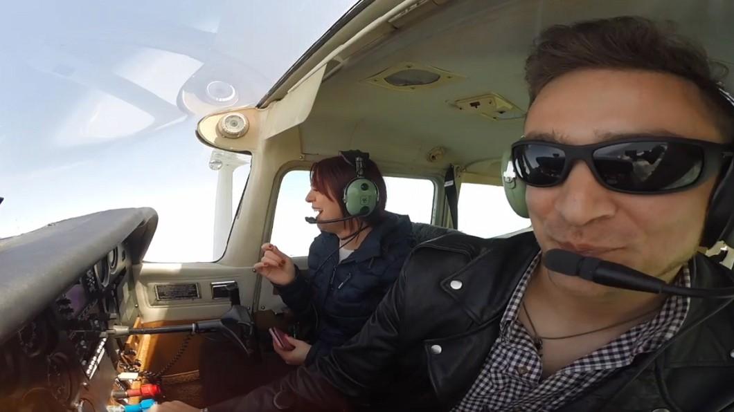 圖/翻攝YouTube 男友開飛機載她賞美景 撇頭見「3個字」網暴動:太甜啦