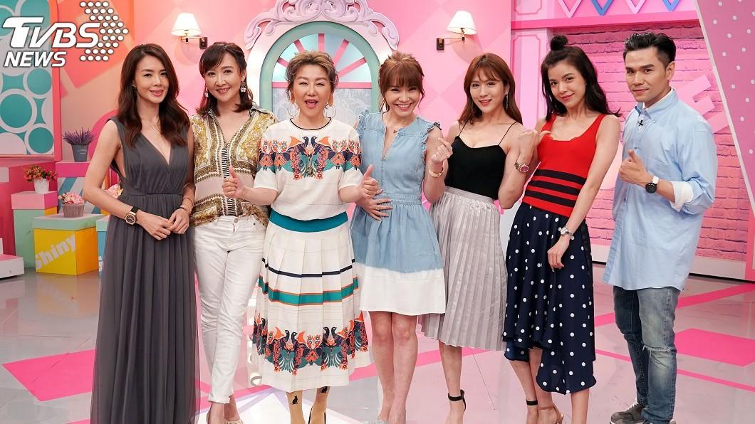 TVBS歡樂台《女人我最大》(左起)林美貞、Julie、主持人藍心湄、甄莉、潘映竹、謝凱蒂、Kevin老師。