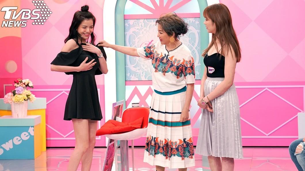 TVBS歡樂台《女人我最大》謝凱蒂示範如何靠工具創造胸型。