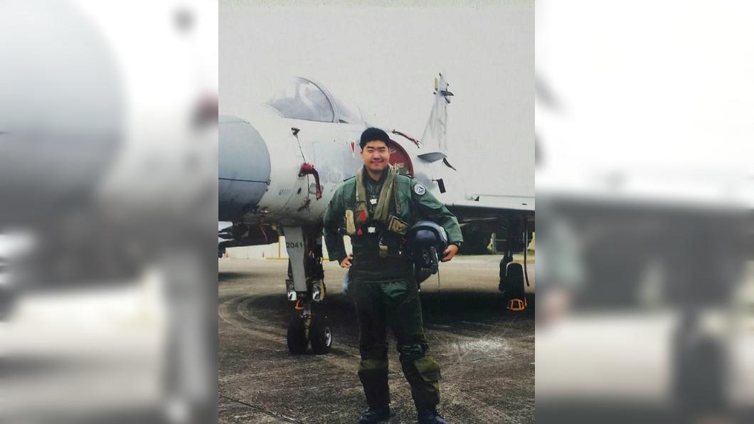 圖/翻攝自何妻臉書 認定失聯飛官何子雨因公殉職 總統令追晉少校