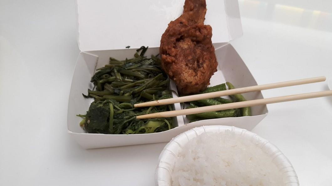 台北網友PO出公司旁買的自助餐便當。圖/翻攝自爆廢公社