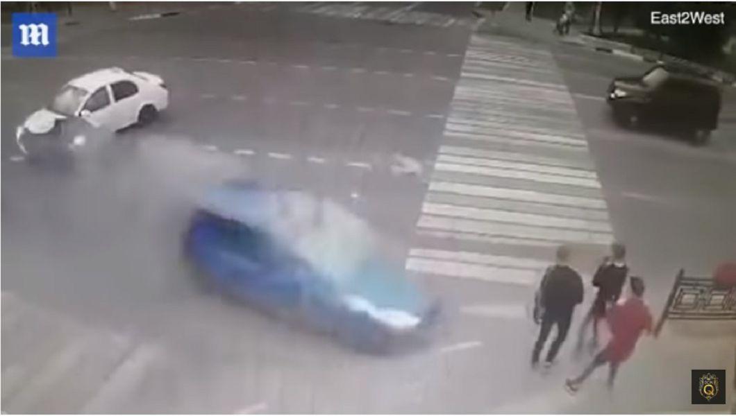 圖/擷取自影片 恐怖「人肉保齡球」! 轎車失控撞飛3人狠狠輾過