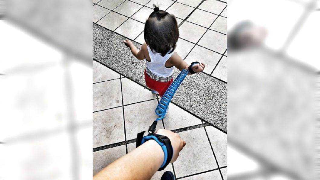 圖/爆怨公社 媽媽怕走失這樣牽女兒 遭鄰居笑:妳是小狗嗎?