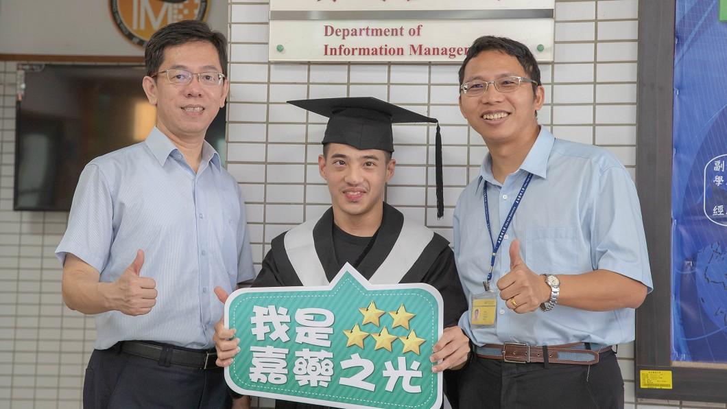 圖/中央社 腦麻男大生成程式高手 獲頒生命勇士獎