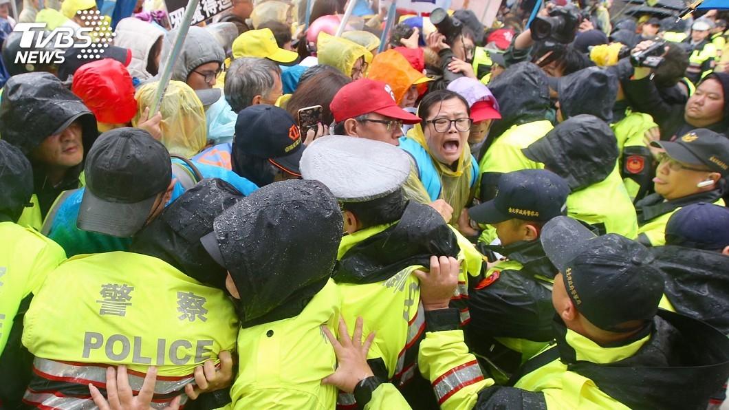 圖/中央社 陳抗遭警載至市郊丟包 監委要求檢討改善