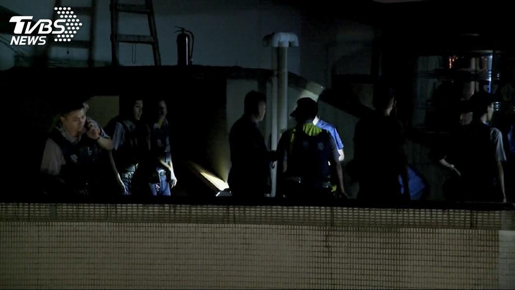 警方與通緝犯在頂樓對峙2小時。圖/TVBS 「妳要找個好人家嫁」通緝犯遭圍捕 最後電話向女兒話別