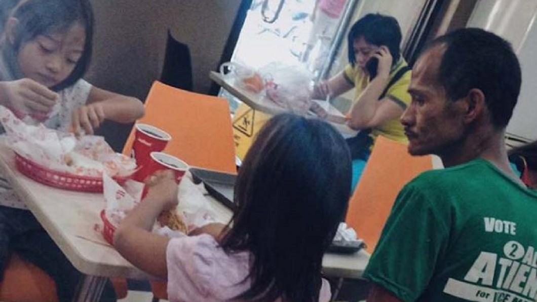 圖/翻攝自《馬尼拉公報》 窮父帶女吃炸雞...忍飢腸靜坐暖笑「爸不餓,妳們吃」