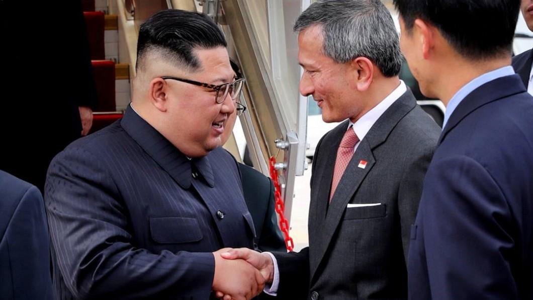 新加坡外交部長維文(Vivian Balakrishnan)與北韓領導人金正恩會面。圖/翻攝自Twitter 新加坡外交部長:金正恩抵達新加坡
