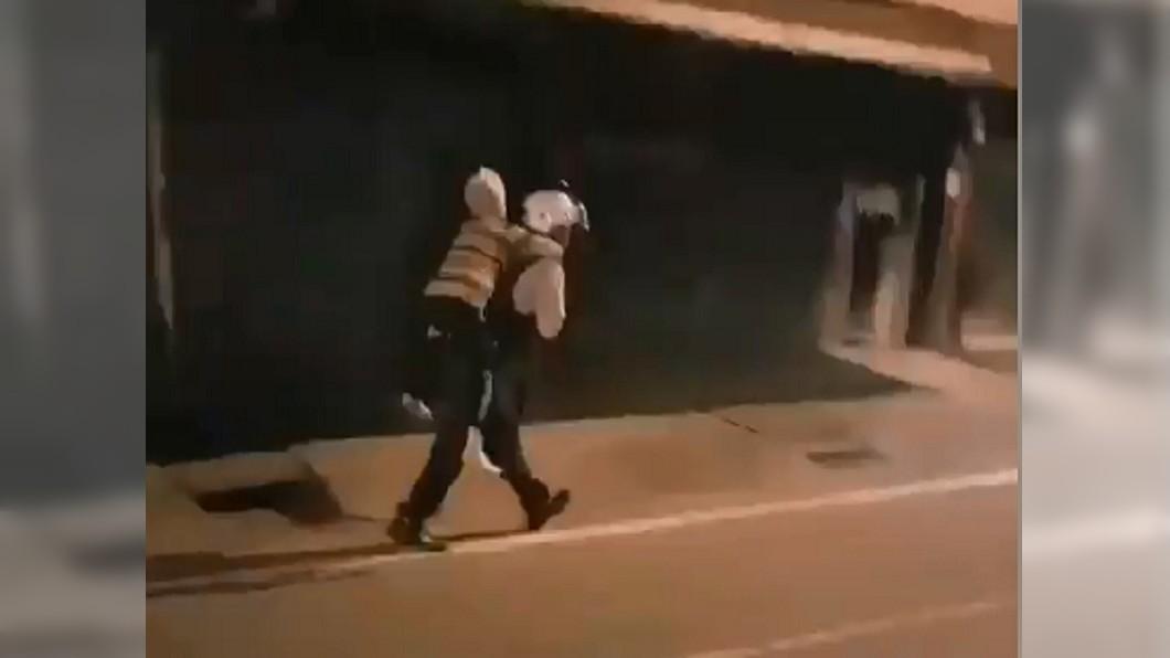 圖/宜蘭縣政府警察局羅東分局 別怕我在!獨居嬤深夜迷路 暖警揹跑40公尺送回家