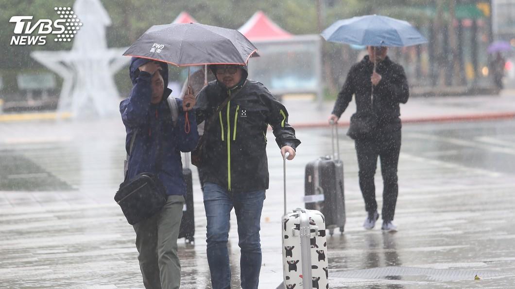 圖/中央社 熱帶性低氣壓影響 12縣市豪雨大雨特報