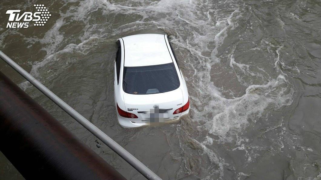 有男子酒駕開車失控,人車都掉落到河床。(圖/TVBS) 命大!酒駕人車掉落溪床 酒測值1.055人無恙