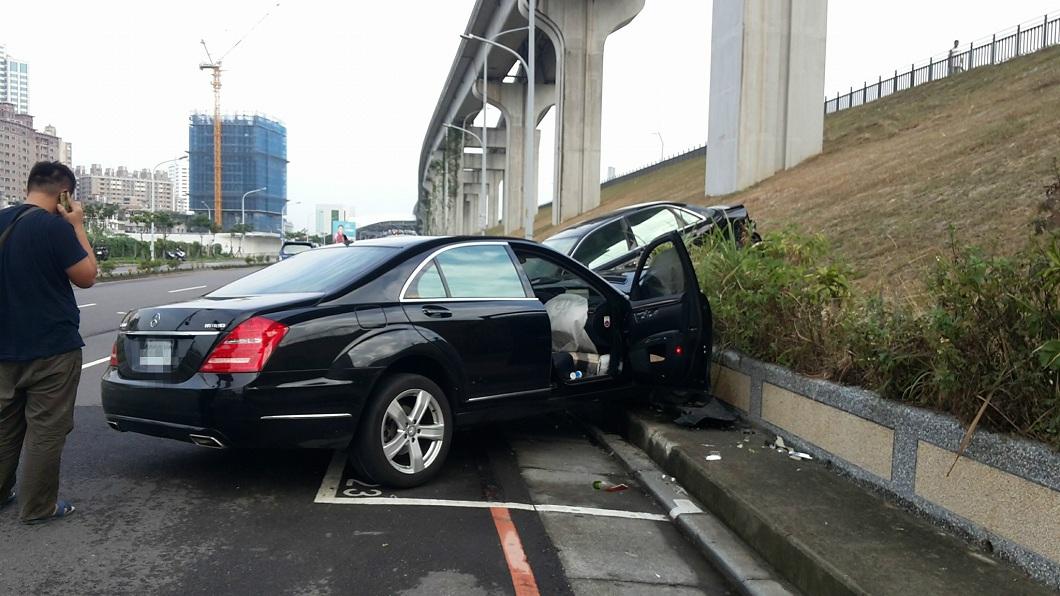 賓士車的受損情況比較嚴重。(圖/翻攝自爆料公社)