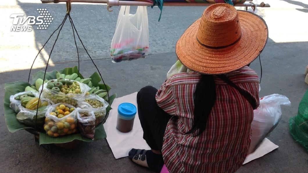 示意圖,非本文當事人。圖˙/TVBS 一鍋稀飯吃3天 她抱遲緩兒街賣淚訴:誰想讓孩子受苦