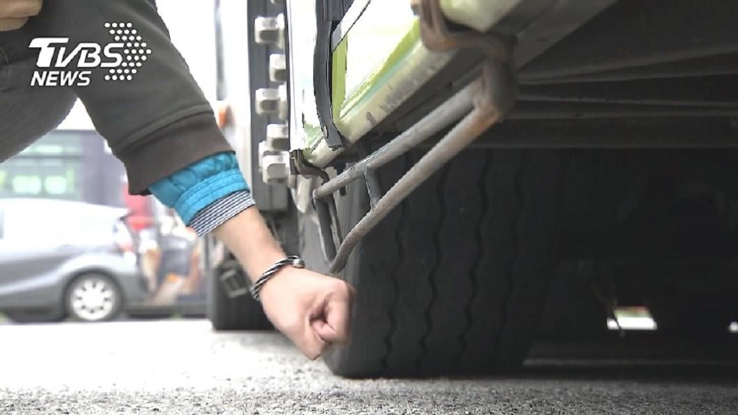 圖/TVBS資料畫面 機車族禁區! 大型車內輪差成視覺死角