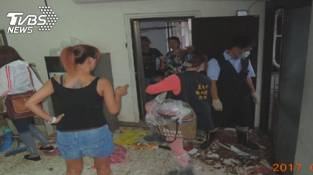 動保所人員到了陳女的住處時,發現屋內環境髒亂不堪,臭氣沖天。(圖/TVBS)