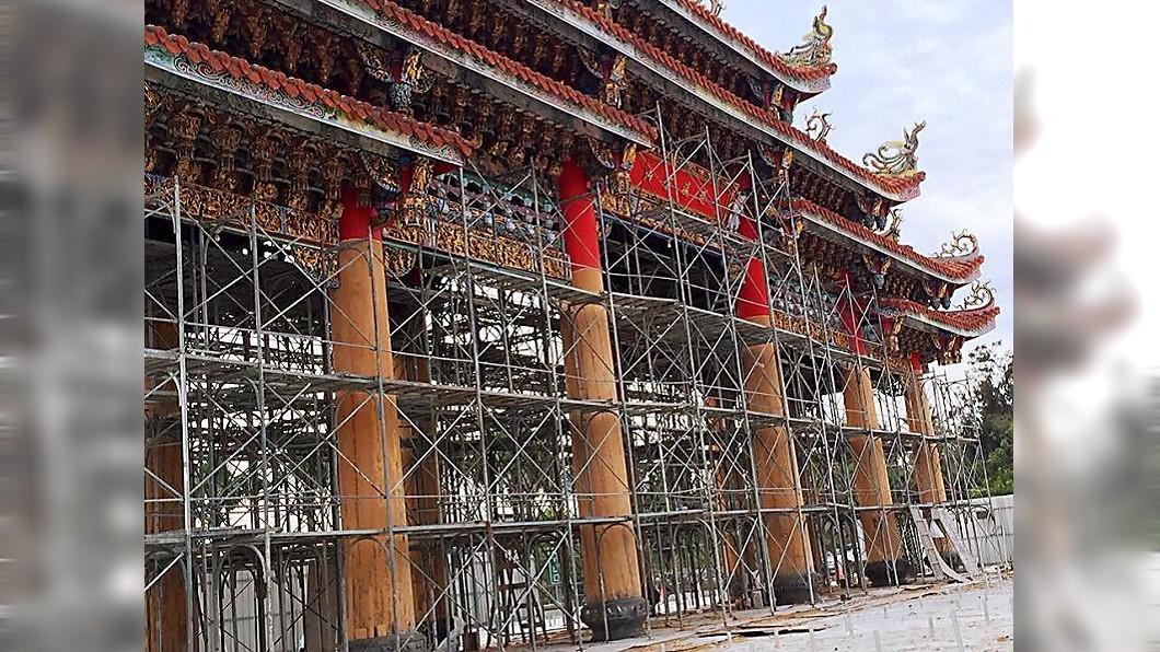 圖/南鯤鯓代天府臉書 36年都是紅色 名廟整修露出12根「千年檜木」