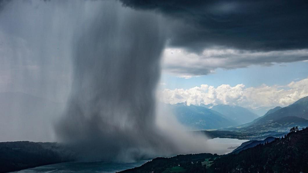 圖/翻攝臉書Piet Flosse / Peter Maier 目擊驚人奇景!網拍下雨瀑傾洩瞬間超震撼