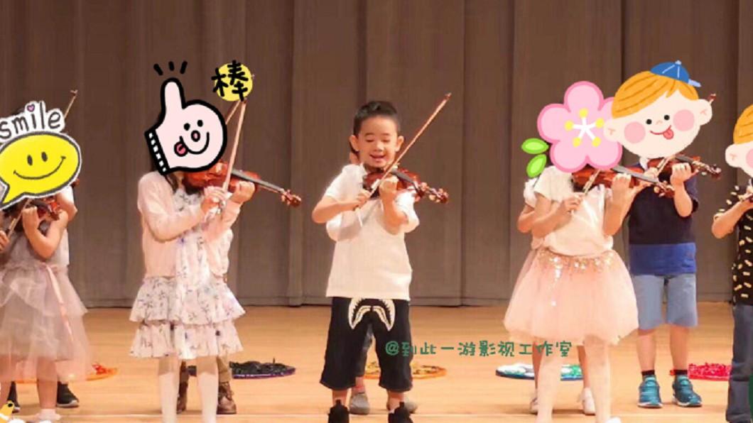 Jasper在畢業典禮上表演拉小提琴,陶醉的萌樣架勢十足。 圖/翻攝自微博