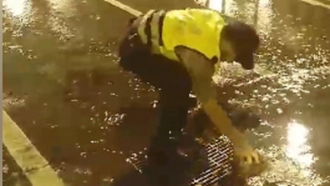 圖/翻攝自台南代理市長李孟諺臉書 警察辛苦了!雨夜徒手清落葉 確保排水暢通