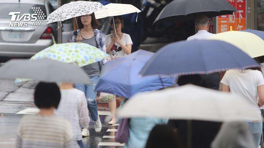圖/中央社 快訊/「熱低壓」挾雨撲台! 06:30屏東東港登陸