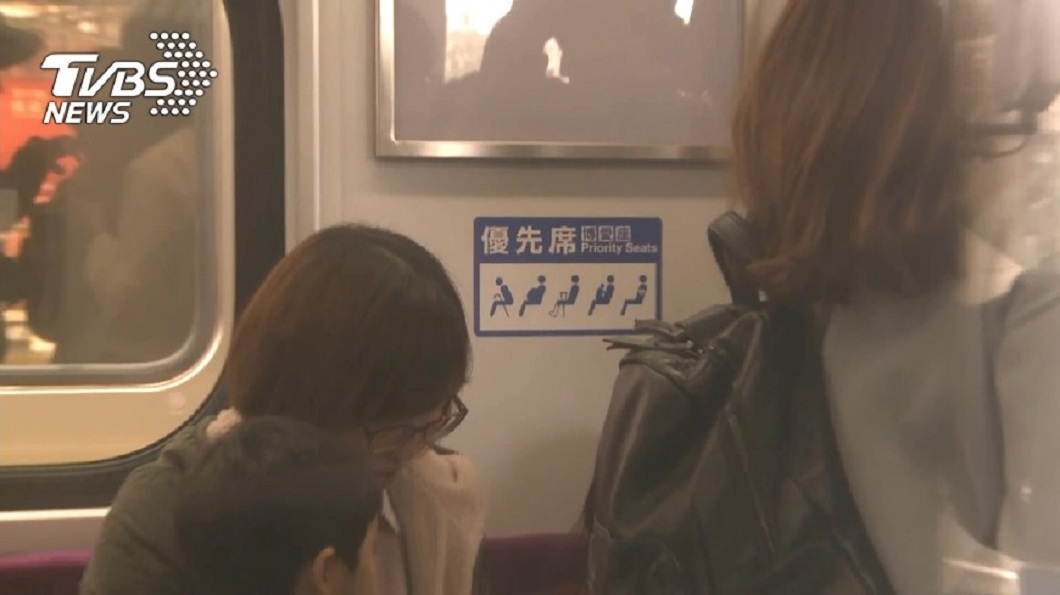 有懷孕7月的孕婦坐在區間車坐博愛座,竟被大媽要求讓座給另名阿伯。(示意圖/TVBS) 懷孕7月搭火車被要求讓座 大媽:孕婦要多走路