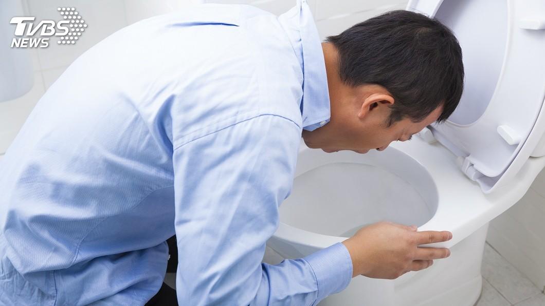 大陸有男子在酒後習慣性挖喉嚨催吐,導致食道破裂險死。(示意圖/TVBS) 怕酒醉誤事…男挖喉嚨催吐 食道破裂險死