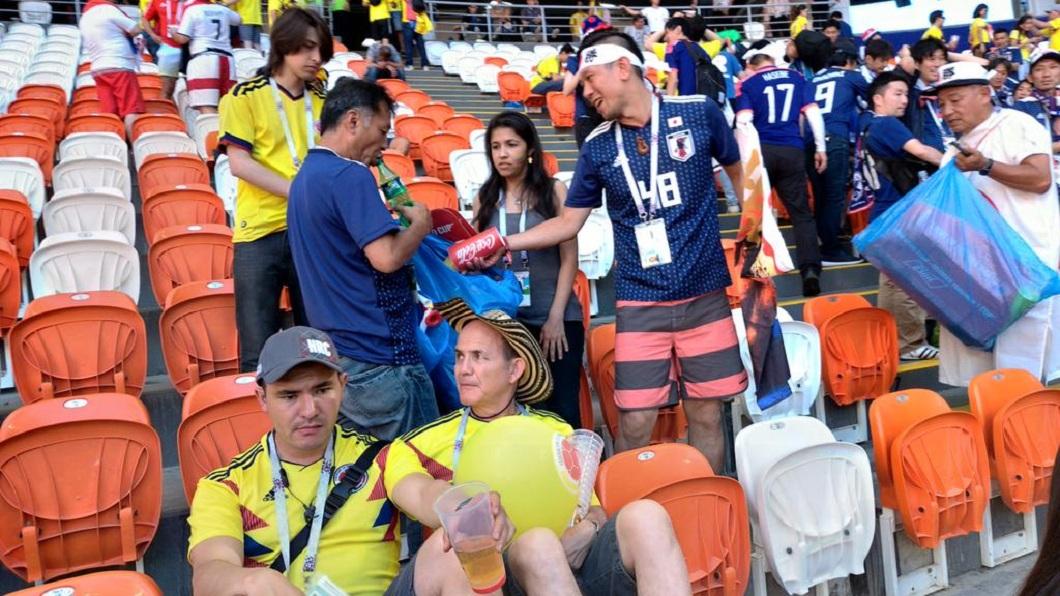 日本球迷在賽後主動撿拾垃圾清理球場,讓全世界都讚嘆不已。(圖/翻攝自推特) 讚!日本球迷撿垃圾再離場 哥倫比亞也加入