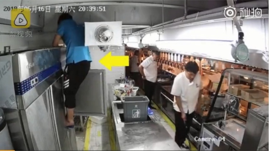 圖/擷取自影片 恐怖!工人誤觸電源 屍掛通風管25秒沒人發現