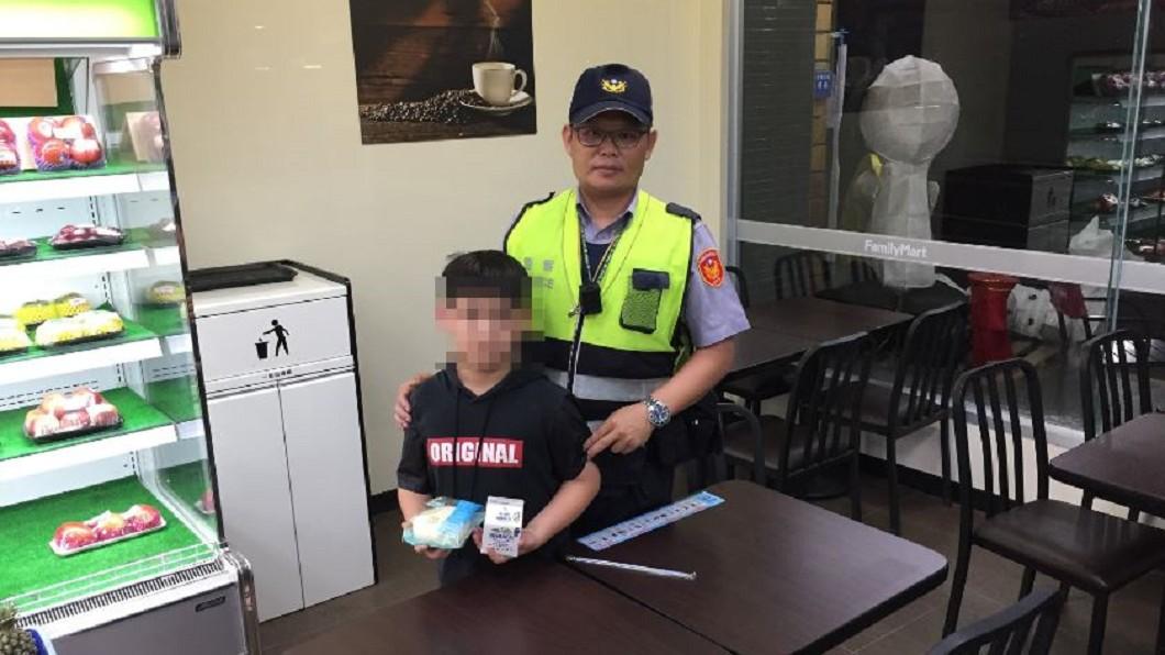 圖/警方提供 帶孫回家鄉!離譜阿公顧喝酒醉倒 10歲童餓到報警
