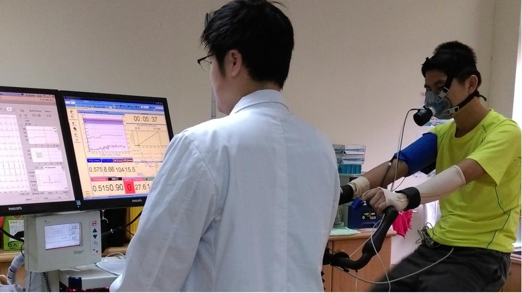 八仙傷患在台大醫院治療時,林昀毅檢測其運動心肺功能是否因受傷而下降。圖/林昀毅提供