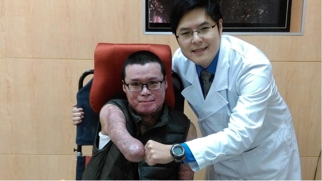 「生命鬥士」黃博煒(左)2016年1月自台大出院那天,林昀毅和博煒擊拳,鼓勵他繼續加油。圖/林昀毅提供。