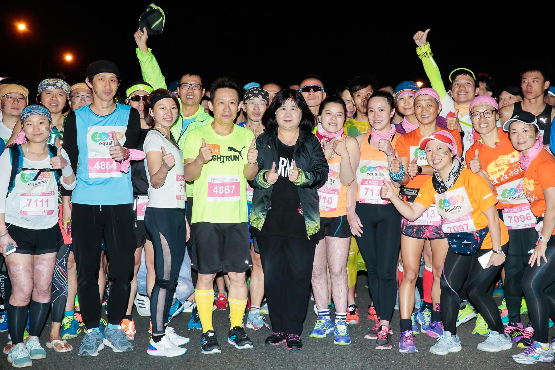 小曠老師(右4)與傷友一同參加臉部平權國道馬拉松路跑活動。圖/陽光基金會提供