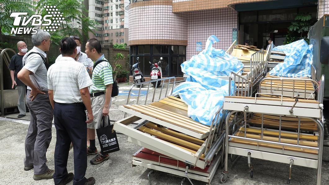 圖/中央社 老人長照中心積欠國稅 遭強制拍賣病床設備