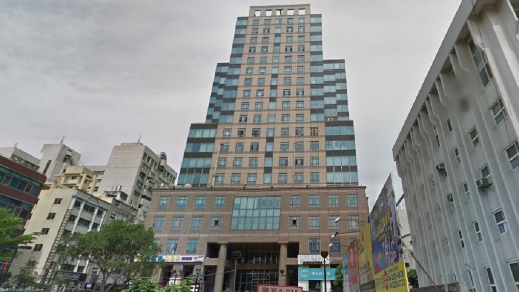 事發大樓位於一中商圈,補習班林立。圖/Google Map 台中補習大樓驚傳墜樓!18歲女卡6樓露台亡 母哭斷腸