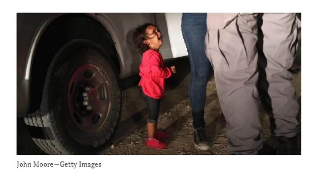 圖/翻攝自時代雜誌網頁 邊境哭泣女童照撼人心 父:她跟媽媽沒被拆散