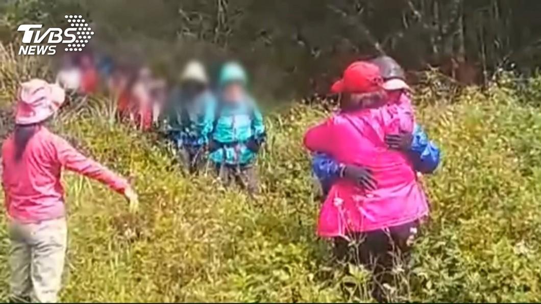 圖/TVBS 宜蘭登山遭蜂螫 找到失聯11人平安無恙