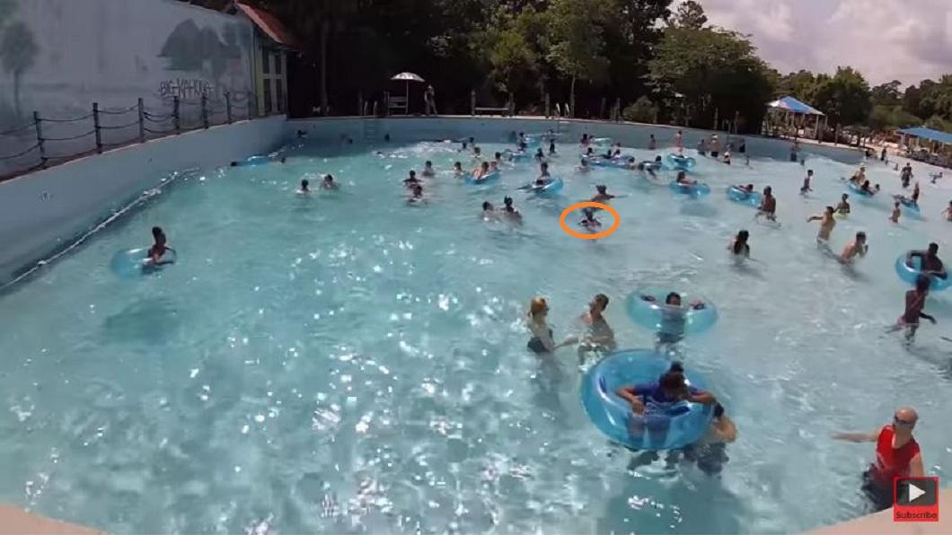 一名女童在人工波浪池載浮載沉,卻沒人發現她的異狀。(圖/翻攝自YouTube) 掙扎30秒無人發現 女童險泳池滅頂