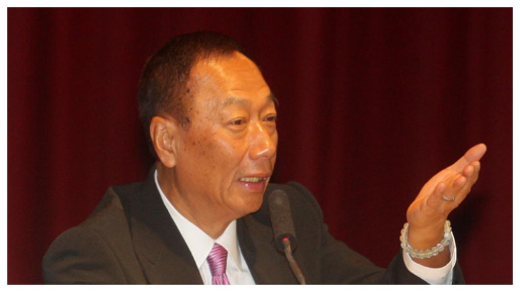 郭台銘在22日鴻海股東會上表示,未來5年是邁向50歲鴻海的關鍵時刻,由代工轉型成為提供工業互聯網平台的「明日世界整合者」,在此之前他不會退休交棒。 圖/中央社 《大老闆故事》郭台銘未來的關鍵5年