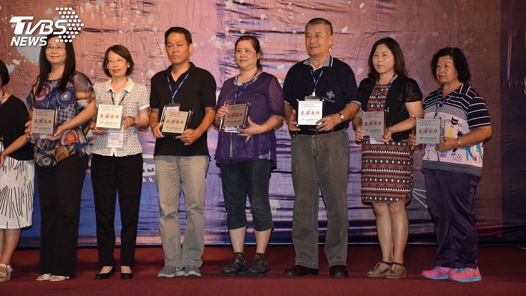 陳秀燕(右一)23日北上台中接受表揚。(圖/家扶基金會提供)